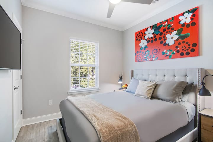 """Guest bedroom #1 with a 43"""" smart TV (netflix included) plush mattress and soft linens!"""
