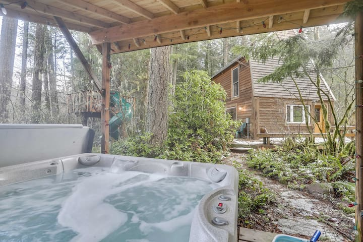 The private hot tub is just steps from the cabin