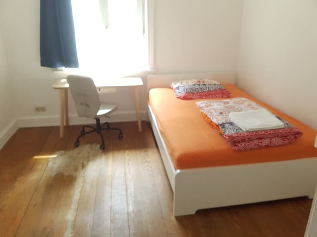 Near Central Station: Private Room 12m²
