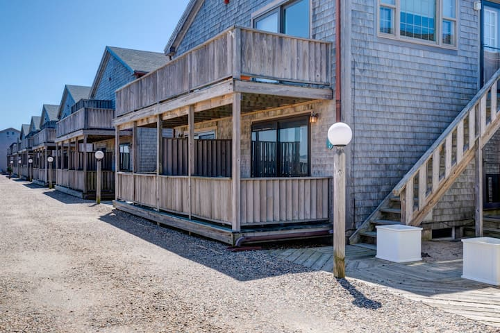 Beachy condo w/private, shaded deck - 1/2 block to the beach!