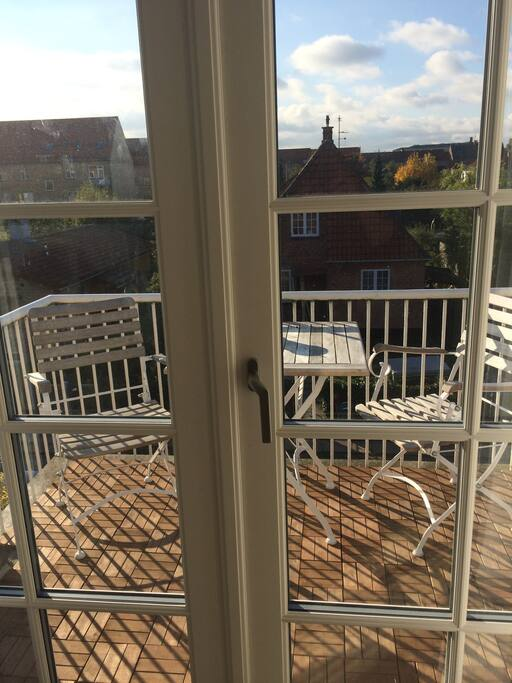 Stor solrig vestvendt altan, rygning på altanen tilladt.