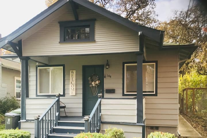Charming Parkside Bungalow-2 blocks from downtown!