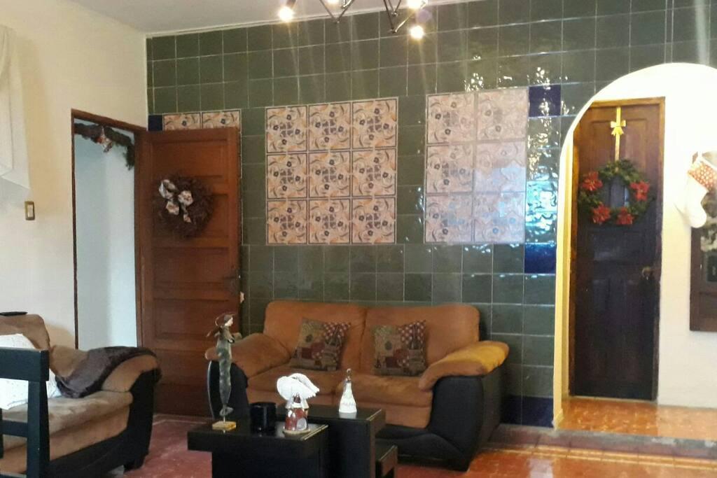 Estancia, sala de la casa con Televisor con cable, un lugar para platicar y relajarse.
