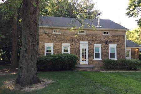 1830 farmhouse on 2 peaceful acres - Granger - Dom