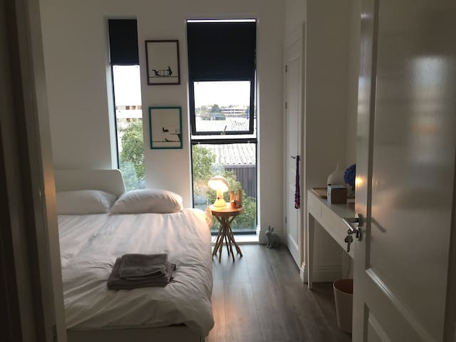 Luxury Penthouse Room By Elstree w/ Private Bath