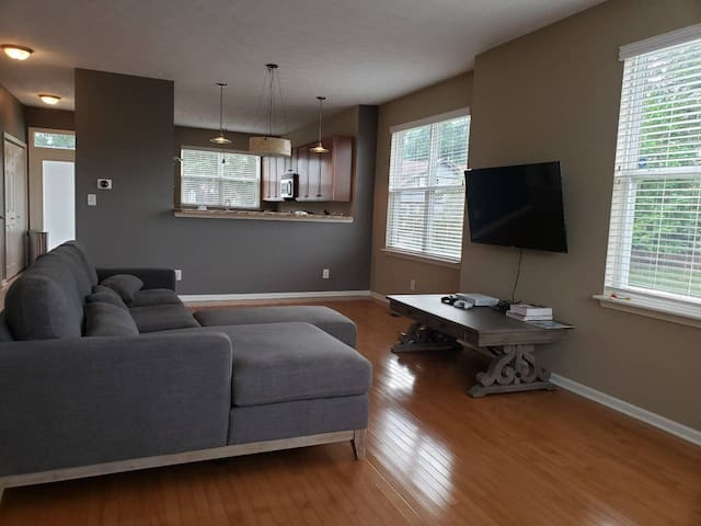 Cozy Condo minutes from downtown. Private bed/bath