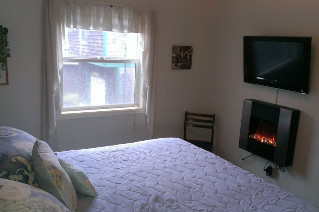 Comfortable King Bed w/Fireplace & HDTV