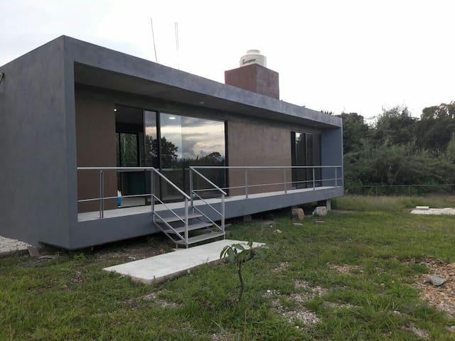 Bonita cabaña minimalista en campo.