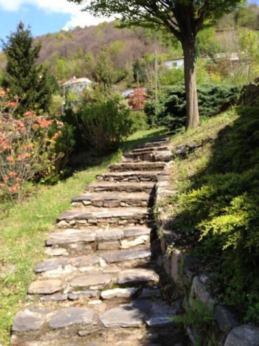 Treppe vom oberen zum unteren Garetnteil