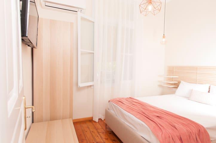 Υπνοδωμάτιο #2 με διπλό κρεβάτι, τηλεόραση με netflix, ντουλάπα, aircodition