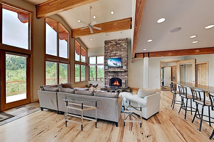 Epic Mountain Lodge Hideaway w/ Fireplaces & Deck