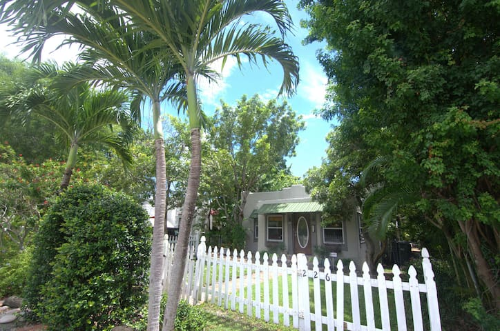 Charming Beach Bungalow with Pool! Close to beach - Delray Beach - Bungalow
