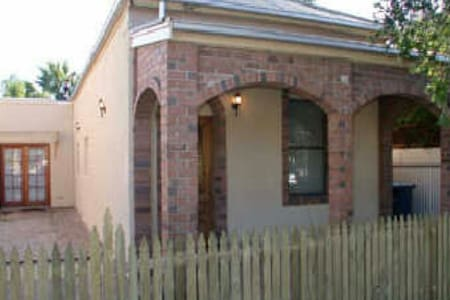 Charming centrally located cottage - Goodwood