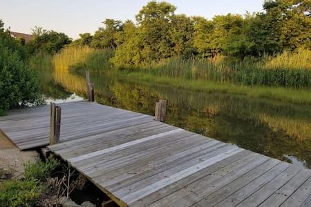Creekside Retreat near downtown Hampton and beach