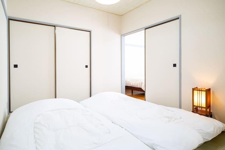 和室には布団2組お敷き頂けます。( 布団はセルフ敷きとなっております)