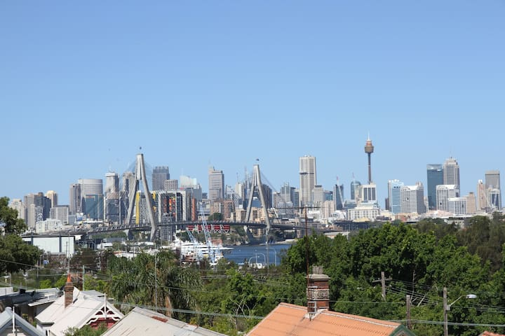 modern cottage - views & 4km to cbd