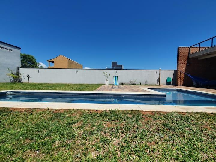 Casa Alma de Surfista:linda, piscinão, pé na areia