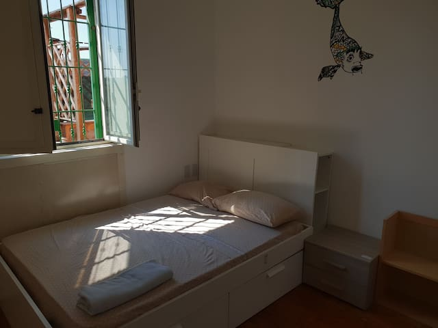 ☀️ Big room just 20 minutes from the city center.