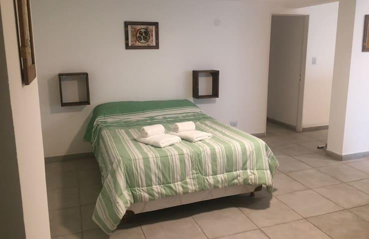A cada lado de la cama encontrarás enchufes para cargar el celular y cubos flotantes con espacio para apoyar libros, anteojos, etc.