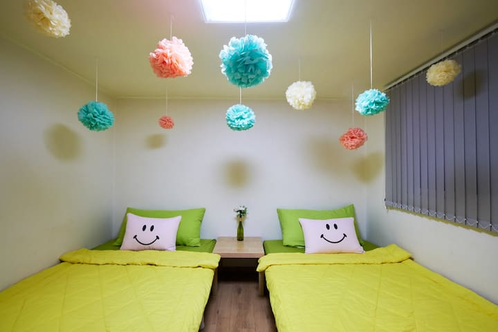1min*HONGDAE*COZY*BIG room*up to 3persons