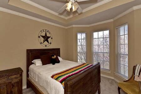 Cozy Bedroom, Private Balcony & Gameroom - Casa