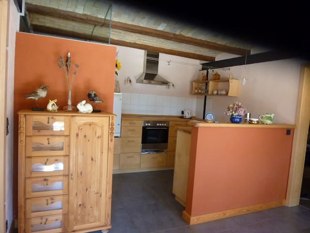 Die Wohnung hat die richtige Mischung mit einer Küche, die alles bietet, was Du zum Kochen brauchst, ...