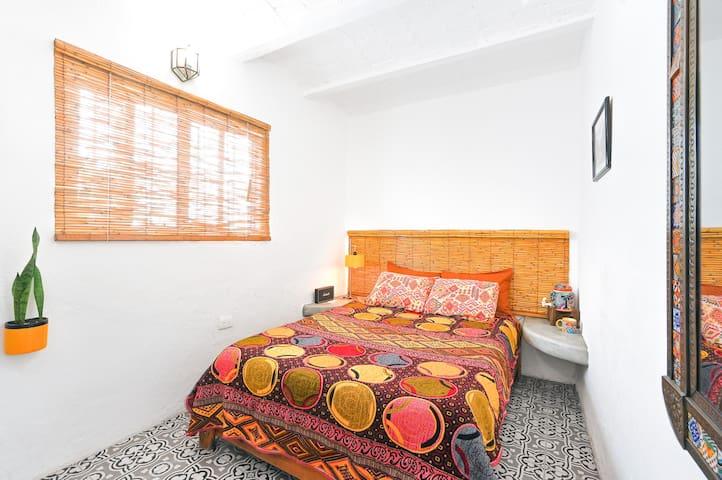 Habitación muy silenciosa, con cama matrimonial de memory foam, ventilador, WiFi, bocina Alexa