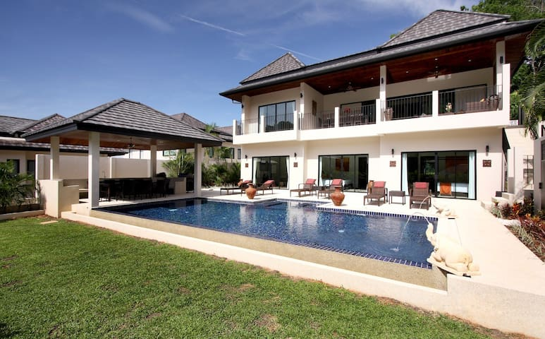 Villa Fuschia - 8 beds, private pool nr beach
