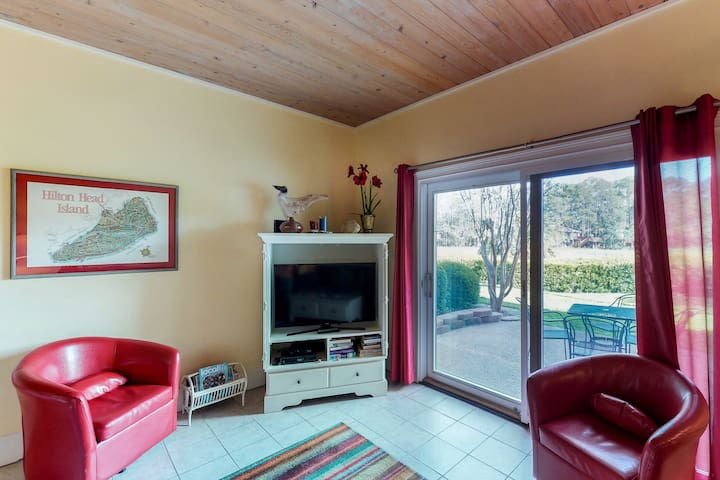Dog-friendly townhouse with shared pool, just a short drive to the beach
