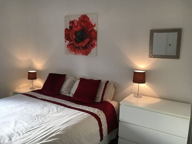 Lovely room in warm spacious newly renovated house - Andover - Casa