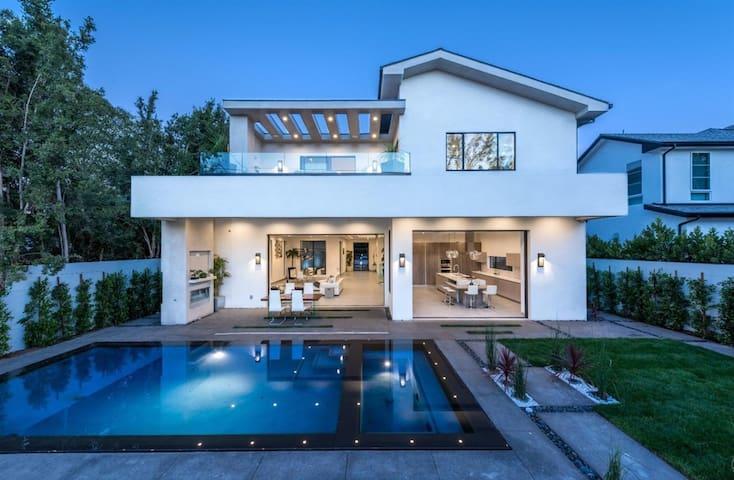 Ultra-Modern Celebrity Villa in LA