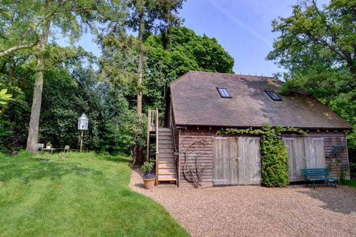 This bespoke timber framed barn has recently been refurbished, with pool