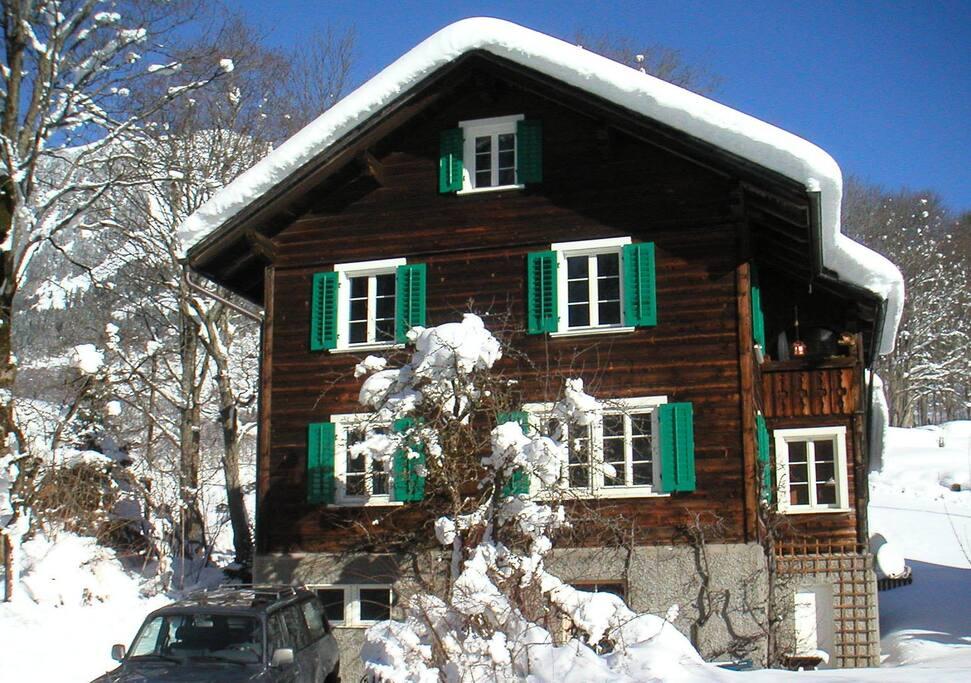 Das Haus hat seinen urtümlichen Glarner Charakter seit 1934 bewahrt - die notwendigen energietechnischen Sanierungen wurden unauffällig und mit Augenmass durchgeführt.