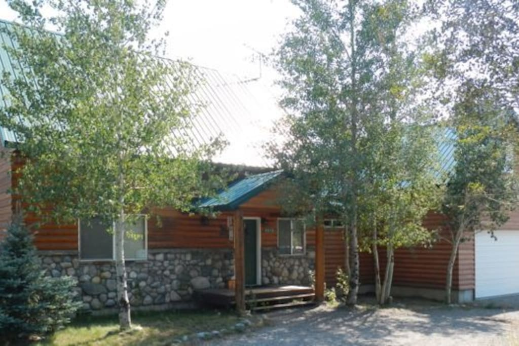 Yellowstone retreat cabins for rent in island park for Log cabins in yellowstone national park