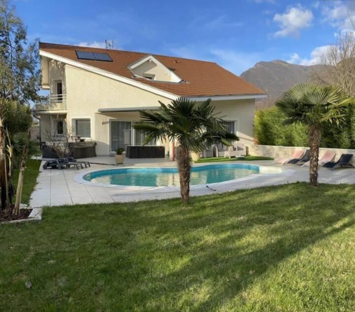 Chambre privée dans villa avec piscine et jacuzzi