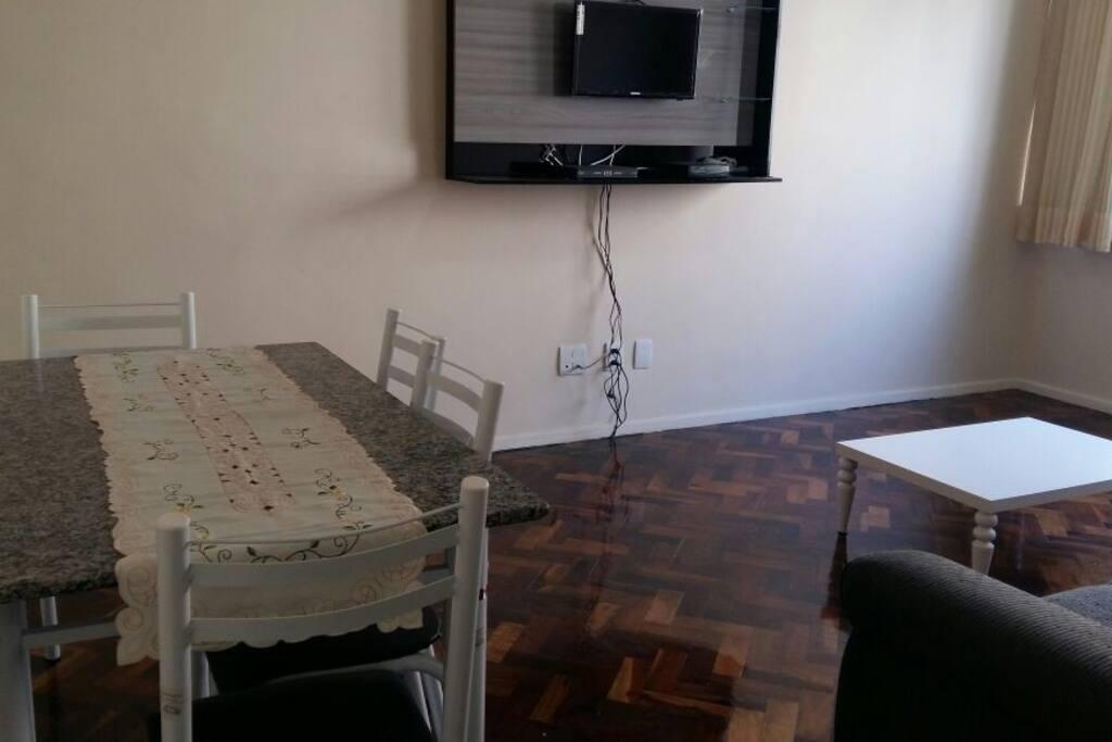 Sala de estar - mesa para refeições e/ou trabalho