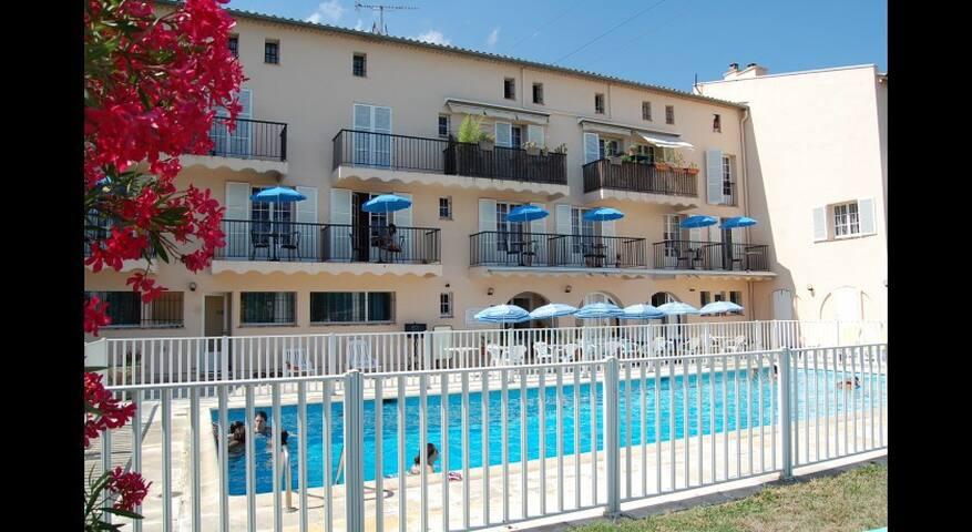 Peymeinade : chambre avec accès à la piscine
