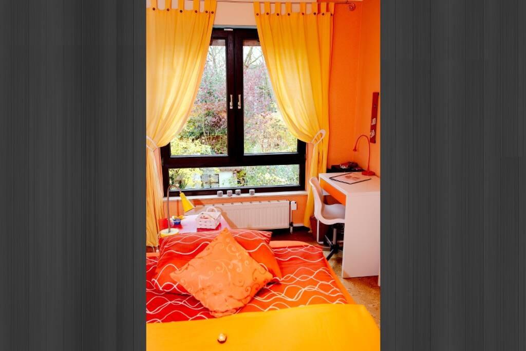 Auf Wunsch kann das Bett auch in ein Sofa umgewandelt werden und dieser Raum als Arbeitszimmer oder Aufenthaltsraum genutzt werden.