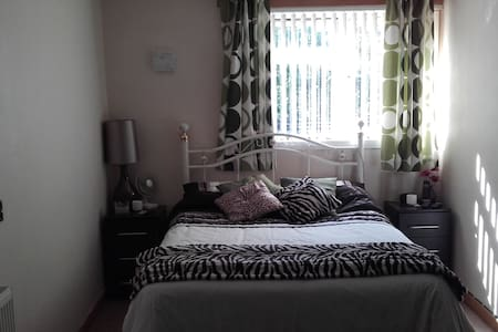 Comfy double bed for occasional use only - Basildon - Dům