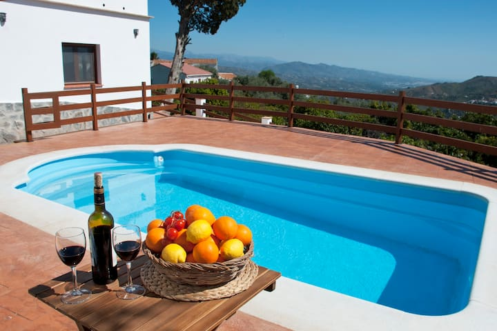 Stunning villa, 6 beds, 5 baths, wifi, pool, BBQ.