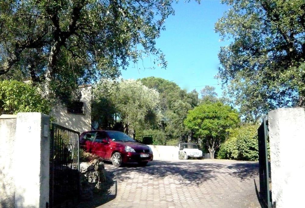 Entrée voitures et vaste parking