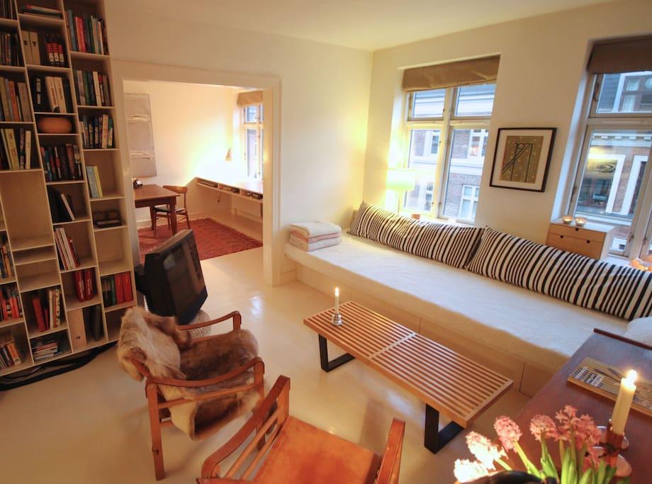 Hæng ud i den hyggelige stue en suite med indbygget 3 meter lang sofa