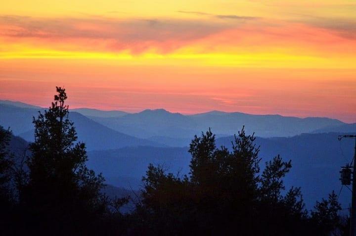 B&B Cascading Mountain VIEWS, 2-Bdrm 2 to 4 guests