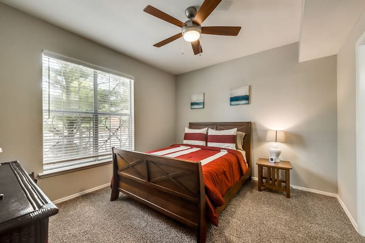 Fast Wi-Fi, Comfy Queen Bed, Two Bedroom, Two Bath