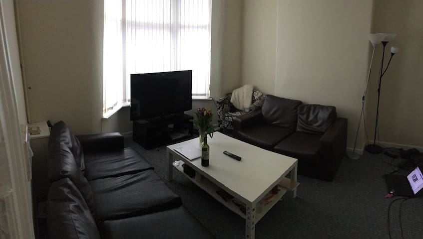 Lovely flat with 2 double bed and couch available - Liverpool - Hus