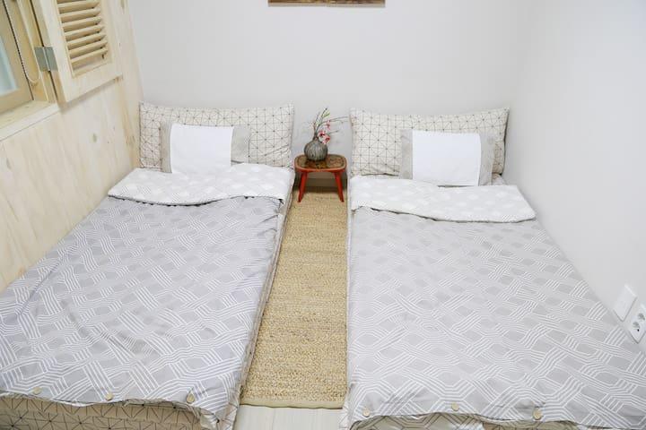 Second room(two single bed) 두번째 방 (두개의 싱글 매트리스)