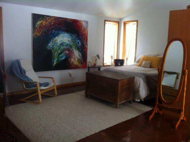 Chambre - 1 lit double + 1 couchette et table a langer d'enfant.