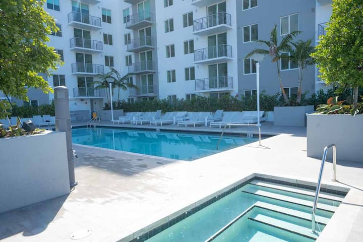 # 917  Miami 2 bedroom with Jacuzzi and pool