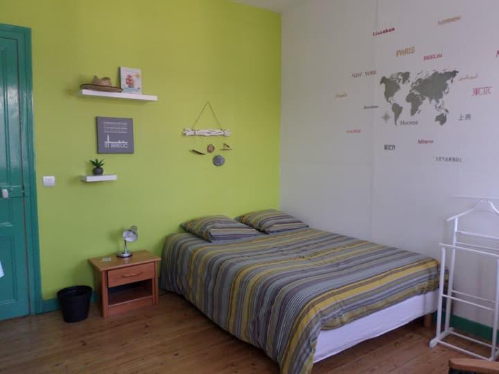 """chambre """"verte"""", côté rue, dans maison de ville"""