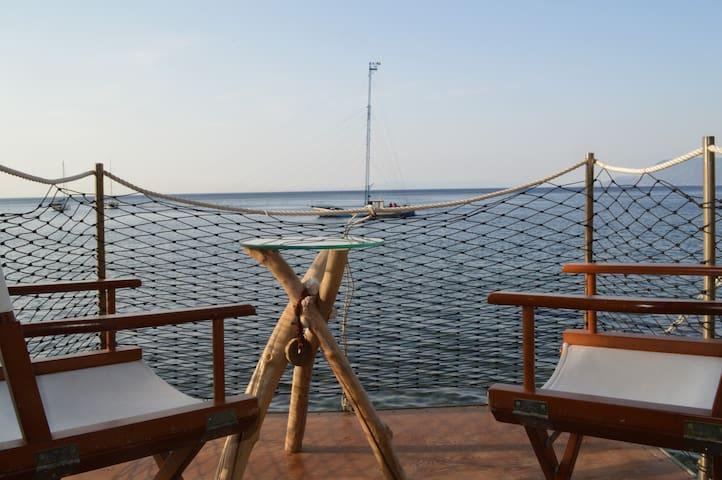 """""""U Catoiu"""" Appartamento sul mare di Chianalea"""